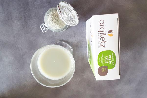 La cure d'argile se présente en préparant une eau d'argile qui peut être bue après avoir reposé dans un verre.