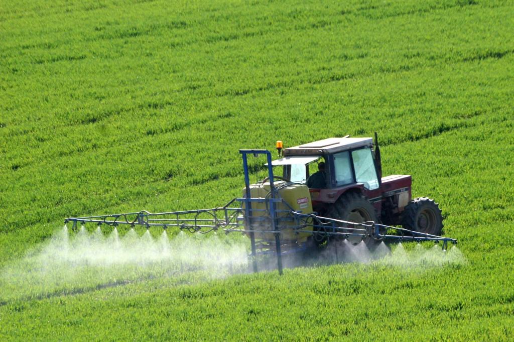 L'agriculture traductionnelle produit des pesticides qui se retouvent dans nos assiettes et peuvent être dangereux pour notre santé.