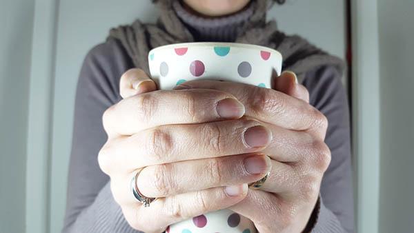 En hivher, le froid peut agresser et fragiliser les mains, les rendant sèches et déshydratées