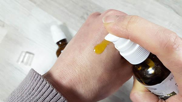 Les huiles végétales comme l'amande douce ou l'avocat vont nourrir les mains, réparer les gerçures et crevasses et les protéger de la déshydratation