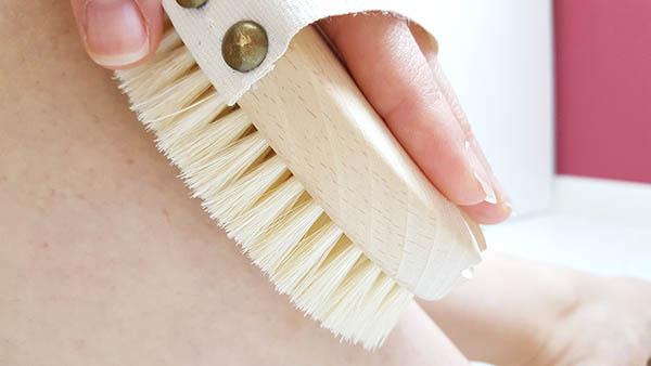 Le brossage à sec de la peau pratiqué chaque jour permet simplement et efficacement de retrouver de belles jambes, de réduire la peau d'orange, de lutter contre la cellulite et les jambes lourdes